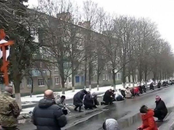 В Краматорске местные жители встали на колени на похоронах добровольца АТО (ВИДЕО)