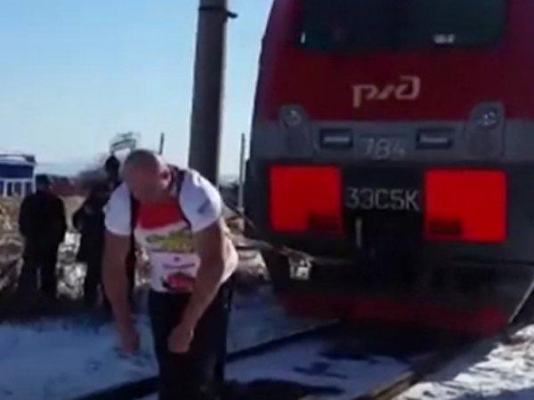 Приморский силач Иван Савкин сдвинул с места 288-тонный электровоз (ВИДЕО)