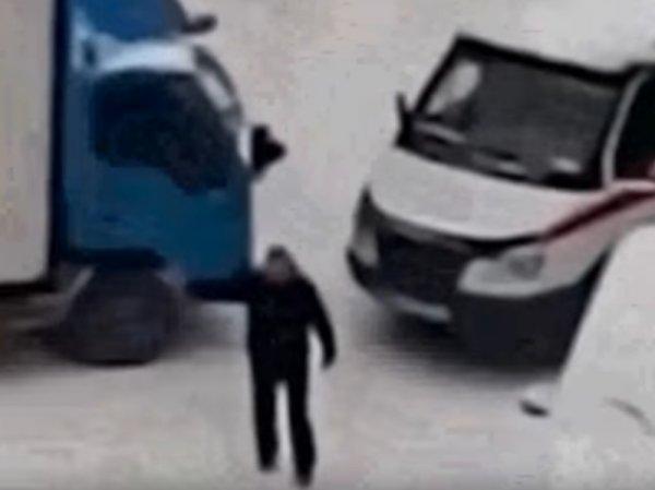 """В Новосибирске водитель грузовика отказался пропускать """"скорую"""" с пациентом (ВИДЕО)"""