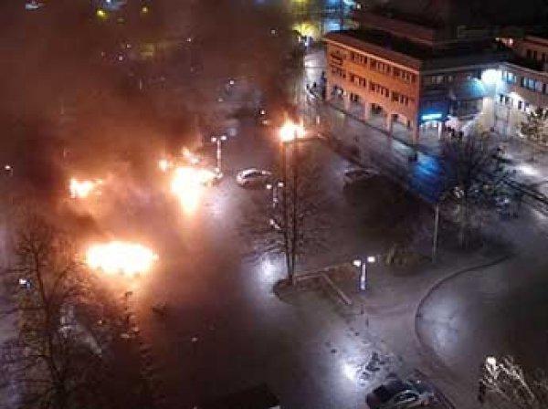 В Стокгольме мигранты устроили погромы: всю ночь жгли машины и грабили магазины (ВИДЕО)