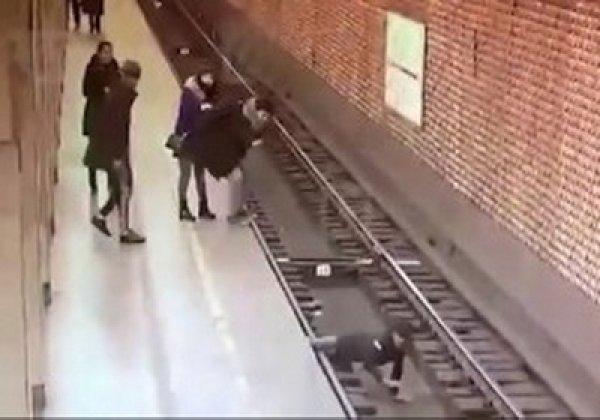 YouTube ВИДЕО: в питерском метро парня толкнули прямо под поезд