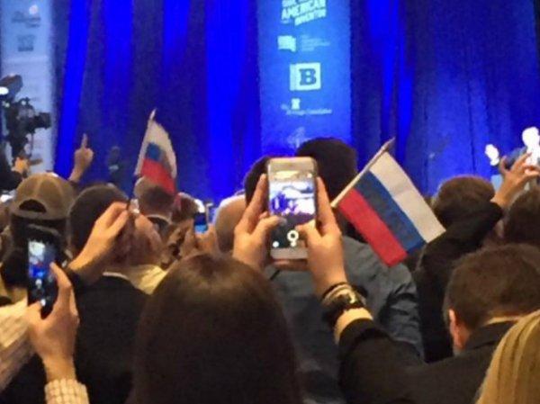 СМИ: противники Трампа пытались устроить провокацию с помощью российских флажков (ФОТО)