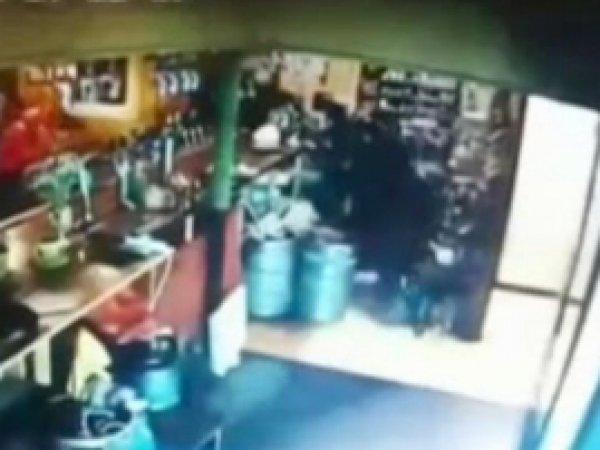 YouTube ВИДЕО: украинский военный взорвал гранату в кафе, хвастаясь перед друзьями