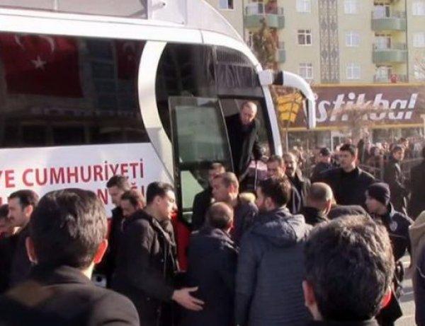 Эрдоган лично помогал охраннику, попавшему под автобус