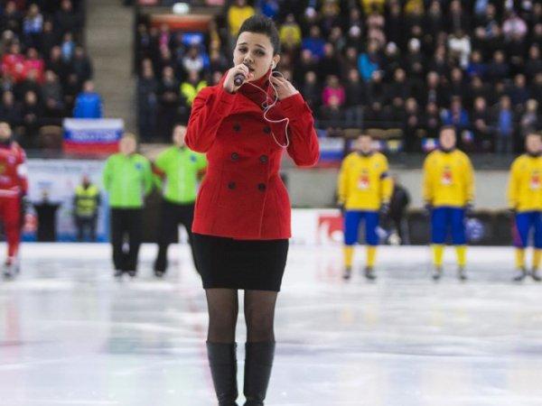 YouTube ВИДЕО: горе-певица, исполнившая гимн РФ в финале ЧМ, удивила еще раз