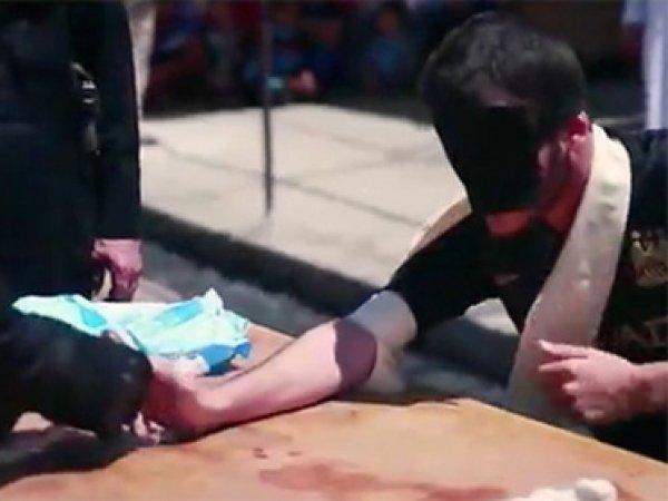 Боевики ИГИЛ отрубили руки двум мальчикам за отказ казнить пленных