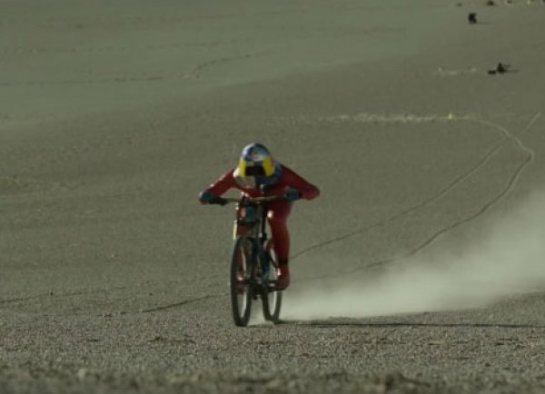 YouTube ВИДЕО: гонщик из Австрии разогнался на велосипеде до 167 км/ч