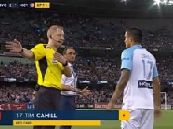 Футболист получил красную карточку еще до выхода на поле (ВИДЕО)