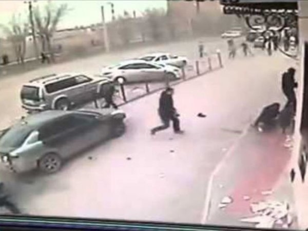 На YouTube попало ВИДЕО расстрела полицейских у ресторана в Махачкале