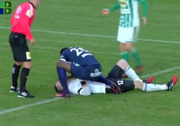 YouTube ВИДЕО: чешский футболист на поле спас жизнь вратарю команды соперника