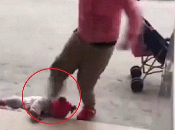 YouTube шокировало ВИДЕО, как мать зверски избила своего младенца ногами