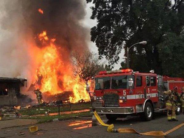 В Калифорнии на дома упал самолет: есть погибшие (ФОТО, ВИДЕО)