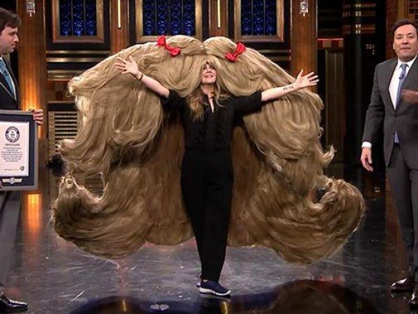 ВИДЕО Дрю Берримор в гигантском парике стало хитом на Youtube (ВИДЕО)