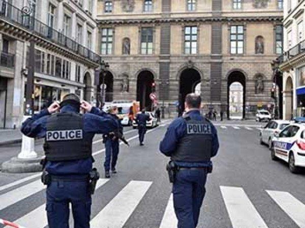 Теракт в Париже: мужчина с мачете напал на охранника Лувра (ФОТО)