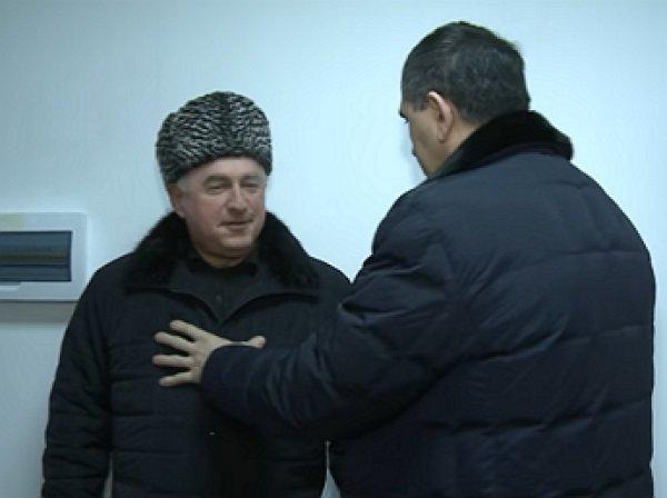 Глава Ингушетии проверил качество отделки стен спинам подрядчиков