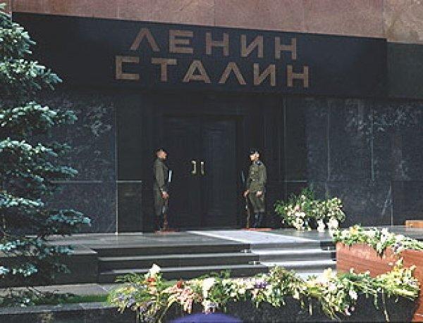 В Сети появилось уникальное ФОТО переноса тела Сталина в Мавзолей