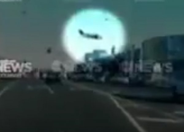 На YouTube попало ВИДЕО падения самолета на торговый центр в Мельбурне