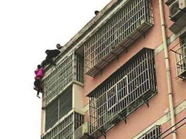 YouTube ВИДЕО: мужчина за волосы удержал жену от падения с 20-метровой высоты