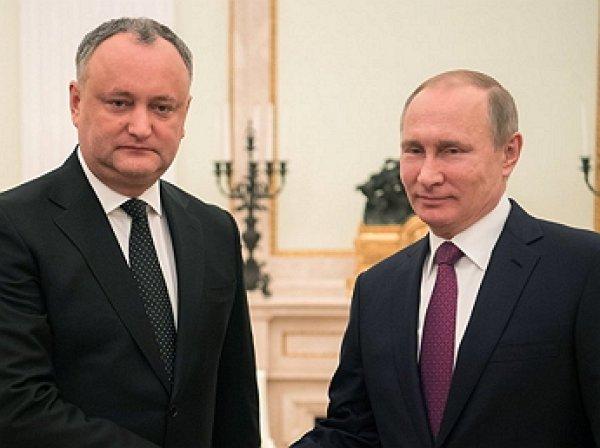 """""""Мое же мне привезли"""": Додон подарил Путину его же вино"""