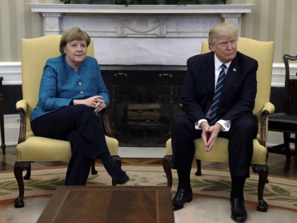 В Белом доме объяснили, почему Трамп не стал пожимать руку Меркель