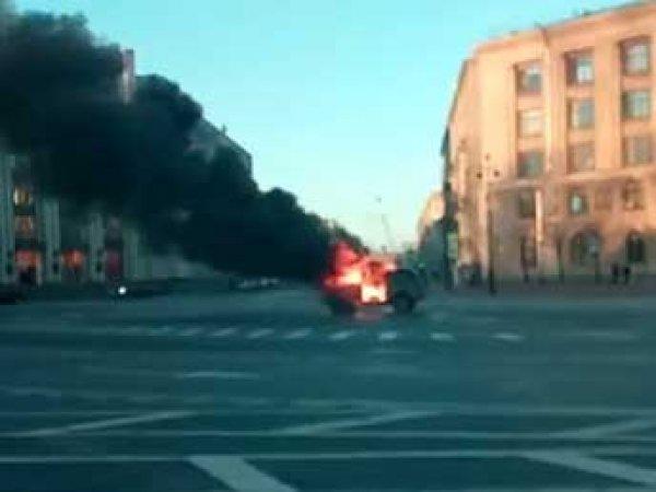 """Протестующие против """"Платона"""" дальнобойщики сожгли у Смольного в Питере """"Ниву"""" (ВИДЕО)"""