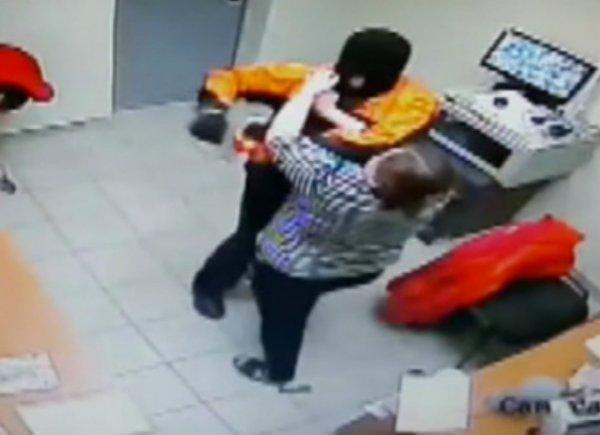 YouTube ВИДЕО: кассир супермаркета избила вооруженного пистолетом грабителя