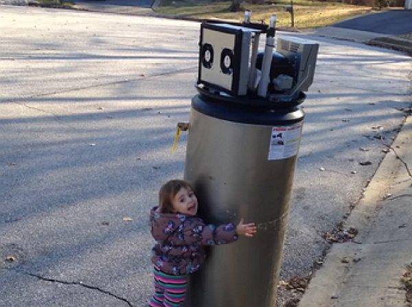 YouTube ВИДЕО с девочкой, принявшей водонагреватель за робота, собрало почти 1 млн просмотров