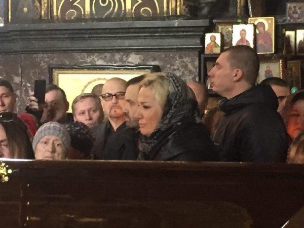 Похороны Вороненкова в Киеве: Максакова встала на колени у гроба мужа (ВИДЕО)