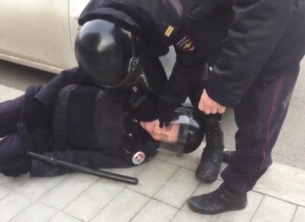 Нокаутированному в Москве на митинге полицейскому пообещали квартиру (ФОТО)