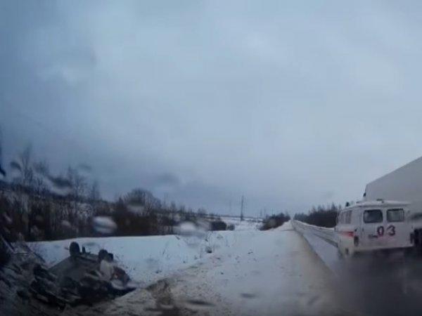 В Смоленской области скорая проехала мимо перевернувшейся машины с людьми (ВИДЕО)