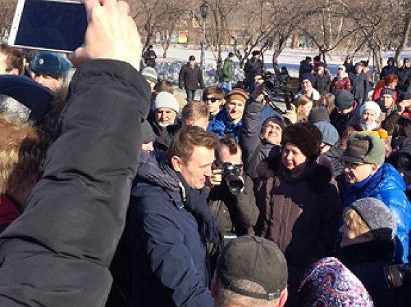 Навального закидали яйцами на митинге в Новосибирске против роста тарифов ЖКХ