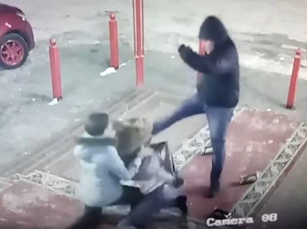 YouTube шокирован ВИДЕО, как в Якутске покупатель избил женщину с ребенком