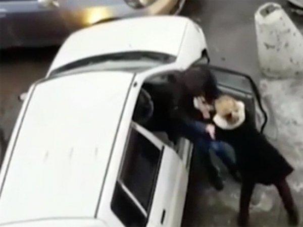 YouTube развеселило ВИДЕО драки двух автоледи из-за места на парковке