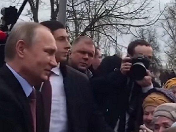 Путин во время визита в Великий Новгород неожиданно пошел общаться с народом