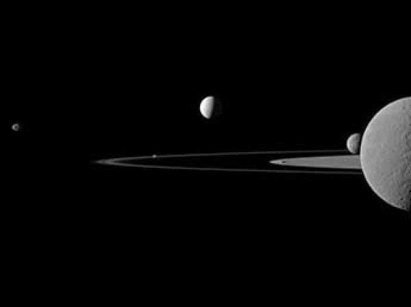 """Зонд """"Кассини"""" прислал уникальные фото колец Сатурна и его ураганов"""