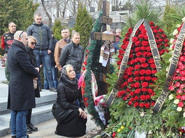 """""""Он воин, он воин света"""": Максакова пришла на могилу супруга Вороненкова"""