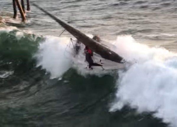YouTube ВИДЕО: в США 5-метровая волна швырнула яхту с людьми на пирс