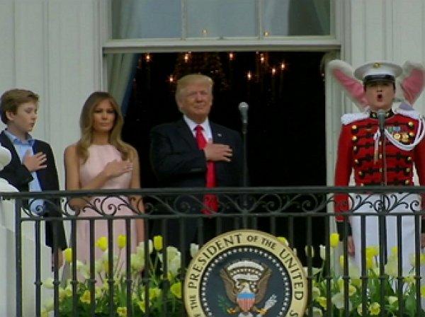 Меланья Трамп ткнула супруга, напомнив ему положить руку на сердце по время гимна