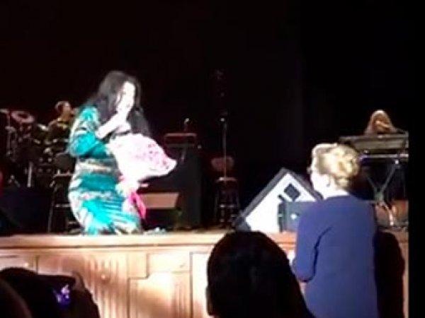 Певица Лолита встала на колени перед Мизулиной