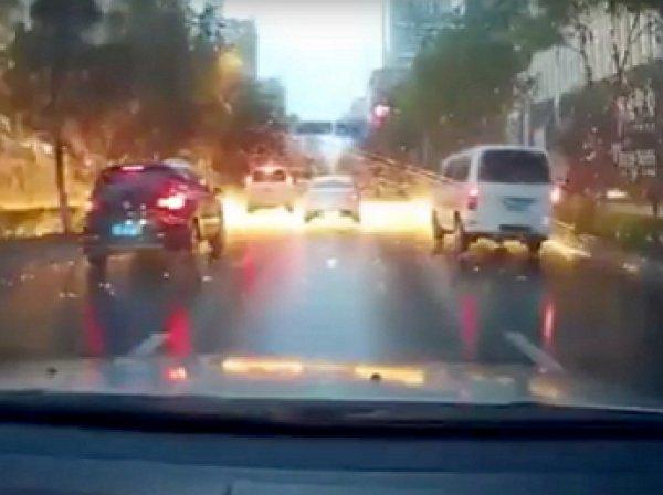"""YouTube ВИДЕО: молния устроила """"огненный дождь"""" на дороге в Китае"""