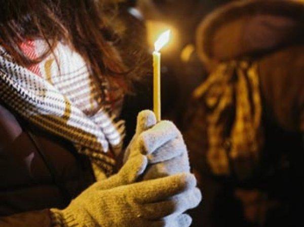 В Кемерово девушка шокировала селфи, как прикуривает от свечи в храме