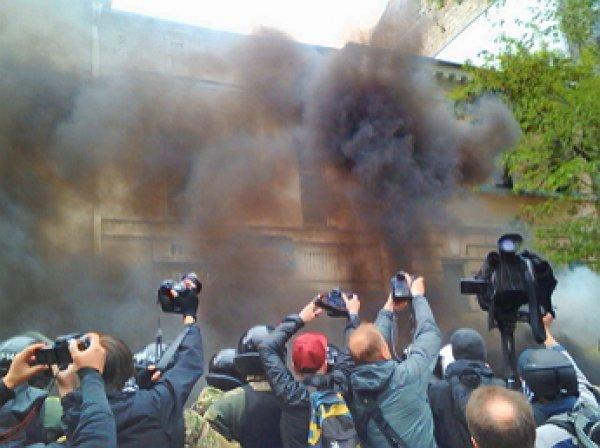 В Киеве участников «Бессмертного полка» забросали дымовыми шашками