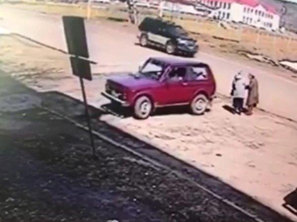 YouTube ВИДЕО: в Хабаровском крае водитель сбил и тут же переехал двух пенсионерок (ВИДЕО)