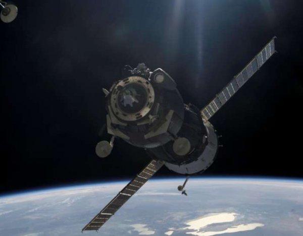 YouTube ВИДЕО: за работой астронавтов NASA в открытом космосе наблюдали НЛО