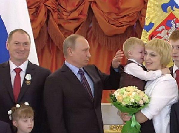 Путин попытался успокоить расплакавшегося в Кремле ребенка