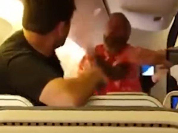 На YouTube появилось ВИДЕО, как два пассажира подрались в самолете из-за места у окна