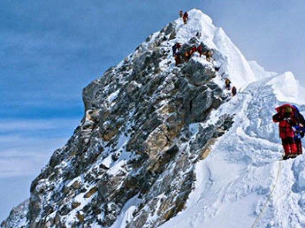 Обрушилась часть Эвереста, погибли альпинисты из трех стран