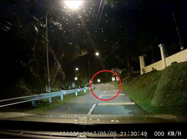 YouTube ВИДЕО: в Малайзии призрак на дороге напугал водителя