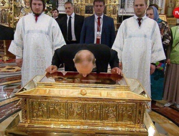 В Сети появилось ВИДЕО как Путин приложился к мощам Николая Чудотворца (ФОТО, ВИДЕО)