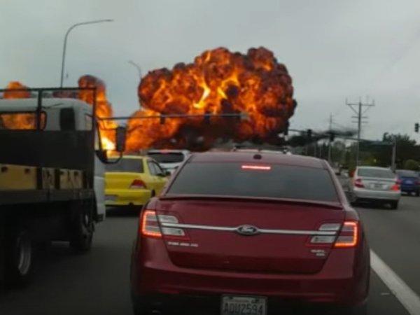 Момент падения самолета на шоссе в США попал на YouTube (ВИДЕО)